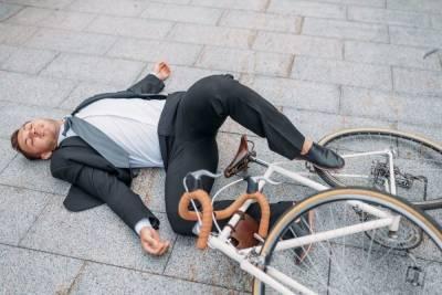 Велосипедисты легли на асфальт под окнами Смольного в знак протеста