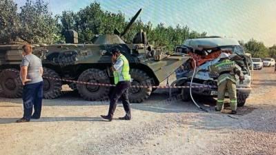 Два пассажира «Газели» погибли после столкновения с БТР в Ставрополье — видео