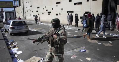 """""""Неуверены, когда все закончится"""": ЮАР разворачивает 25 тыс военных из-за беспорядков в стране"""