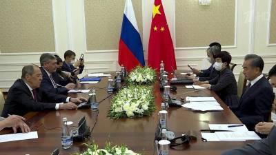 В Узбекистане глава МИД России Сергей Лавров провел переговоры с коллегой из Китая Ван И