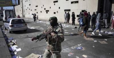 """""""Не уверены, когда все закончится"""": ЮАР разворачивает 25 тыс военных из-за беспорядков в стране"""