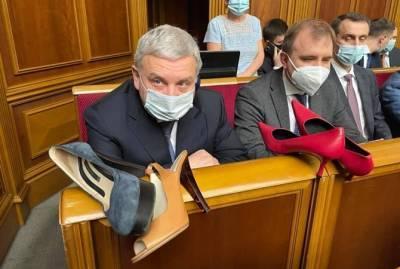 Против каблуков в армии: женщины-депутаты Рады окружили министра обороны туфлями