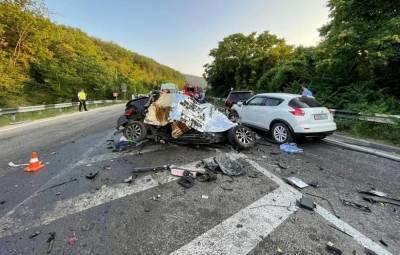 В ДТП с грузовиком в Крыму погибли пять человек, трое пострадали