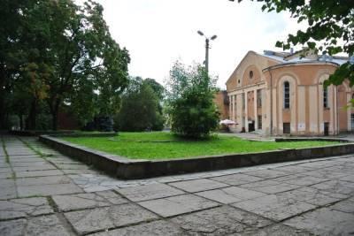В Смоленске архитекторы, дизайнеры и подрядчики собрались в сквере у «Октября», чтобы обсудить его благоустройство