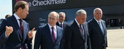 Владимир Путин осмотрел новый самолет на выставке МАКС-2021