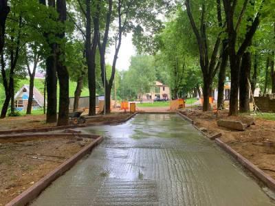 В Смоленске продолжают реконструировать сквер за кинотеатром «Октябрь»
