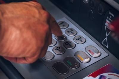 В Смоленской области мужчина украл у знакомого кредитную карту и потратил с нее все деньги