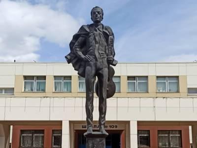 На юге Москвы отреставрируют памятник Булату Окуджаве