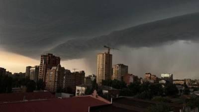 Стихия добралась до Ростова и идет дальше: кому грозят ливни и потопы