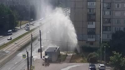 Фонтан высотой с многоэтажку забил в Петербурге — видео
