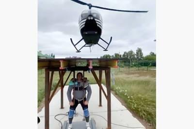 Россиянин поднял вертолет весом в полторы тонны и установил рекорд