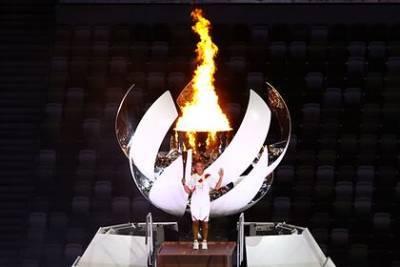 Теннисистка Наоми Осака зажгла олимпийский огонь