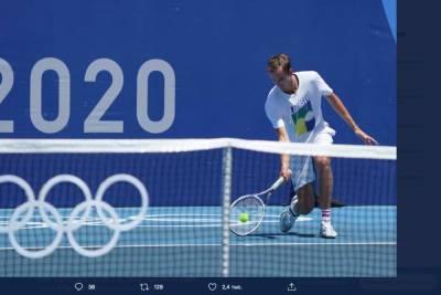 Даниил Медведев вышел во второй круг теннисного турнира на Олимпиаде