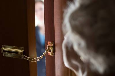 «Соскучились». В Смоленске под необычным предлогом обокрали пенсионерку