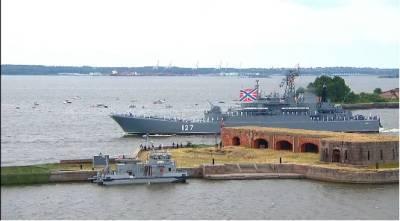 В акватории Невы в Санкт-Петербурге проходит главный парад ВМФ – Учительская газета