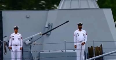На глазах у Путина. Моряк почесал причинное место во время парада ВМФ в России (видео)