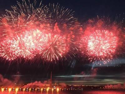 В сети появились видео салюта на день ВМФ в Санкт-Петербурге