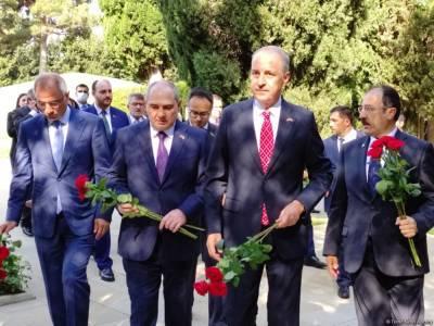 Делегация правящей партии Турции посетила Аллеи почетного захоронения и шехидов, а также монумент турецким воинам в Баку (ФОТО)