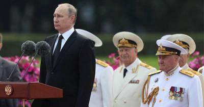 Путин принимает Главный военно-морской парад в Петербурге