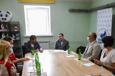 Губернатор Островский побывал в волонтерском центре «Медволна»