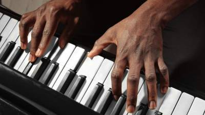 Баснословные чаевые: подрабатывающий в аэропорту пианист стал знаменитостью