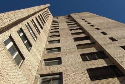 В России 64-летняя женщина поймала выпавшего из окна ребенка: Увидев его, бросила пакеты и побежала к дому
