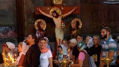 Крестный ход в Киеве: верующие молятся, сторонники Порошенко угрожают бензопилами