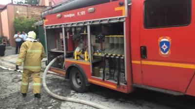 Спустя два часа спасатели потушили пожар в трехэтажном доме на ул. Центральной в Ростове