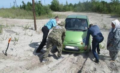 В Югре женщина два дня пряталась в застрявшей машине в лесу, заметив следы медведя