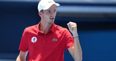 Теннисист Медведев победил Фоньини и вышел в 1/4 Олимпиады в Токио
