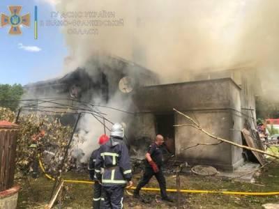 В результате падения спортивного самолета на жилой дом в Ивано-Франковской области Украины погибли четыре человека