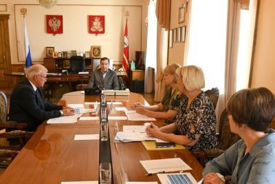 Островский сообщил о ситуации с выплатами смоленским семьям на школьников