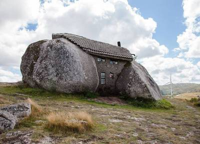 Вдохновленные Флинстоунами: фантастический «Каменный дом» в Португалии манит туристов