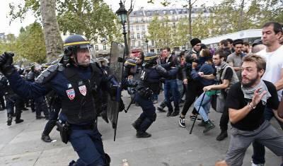 Полиция во Франции применила слезоточивый газ для разгона митинга против санпропусков