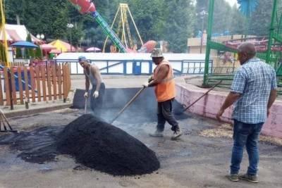 В Лопатинском саду в Смоленске продолжается ремонт пешеходных дорожек