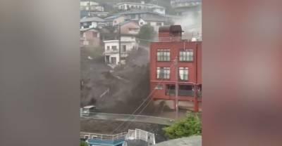 Два человека погибли, около двадцати пропали из-за оползней в Японии