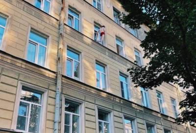 Мужчина в красных трусах разгуливал по карнизу жилого дома на Васильевском острове
