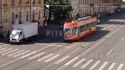 Видео: каршеринг сбил женщину на трамвайной остановке на Васильевском острове