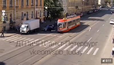 Пассажирка трамвая попала под колёса каршеринга на Васильевском острове
