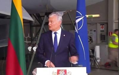Во время выступления президента Литвы на авиабазе прозвучал сигнал тревоги