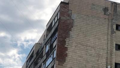 Коммунальщики объяснили причины падения плитки с дома на Васильевском