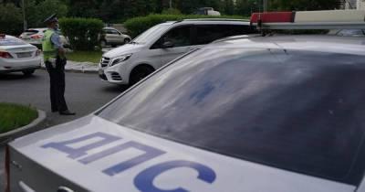 Машина врезалась в электроопору в Симферополе, два человека погибли
