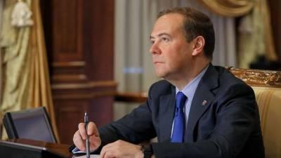 Медведев выразил соболезнования близким Ясена Засурского