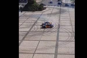 «Что это было!?» В Киеве на Софийской площади два авто устроили дрифт. ВИДЕО