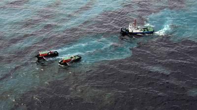 Люди купаются в Черном море, несмотря на разлив нефти