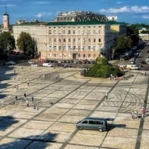 В Киеве продолжается уборка Софийской площади от следов дрифта. Видео