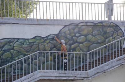 Волонтеры обновили крокодила на Канавинском мосту