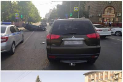 В центре Волгограда 20-летний водитель без прав перевернулся на иномарке