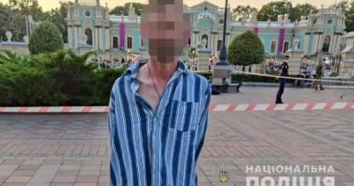 В Киеве возле Верховной Рады мужчина угрожал прохожим взрывчаткой