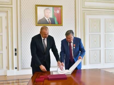 Президент Азербайджана Ильхам Алиев подарил Олжасу Сулейменову книгу под названием «Карабах до и после оккупации»